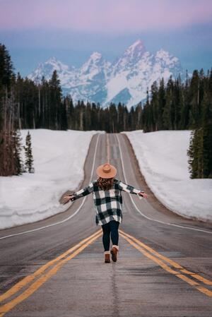 influencer-mountain-road